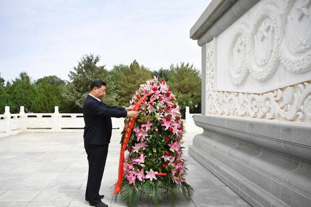 2019年8月20日,习近平来到甘肃省张掖市高台县,瞻仰中国工农红军西路军纪念碑,向革命先烈敬献花篮。
