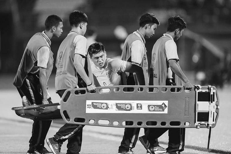 张玉宁在比赛中受伤离场,至少伤停一个月。新华社发</p><p>