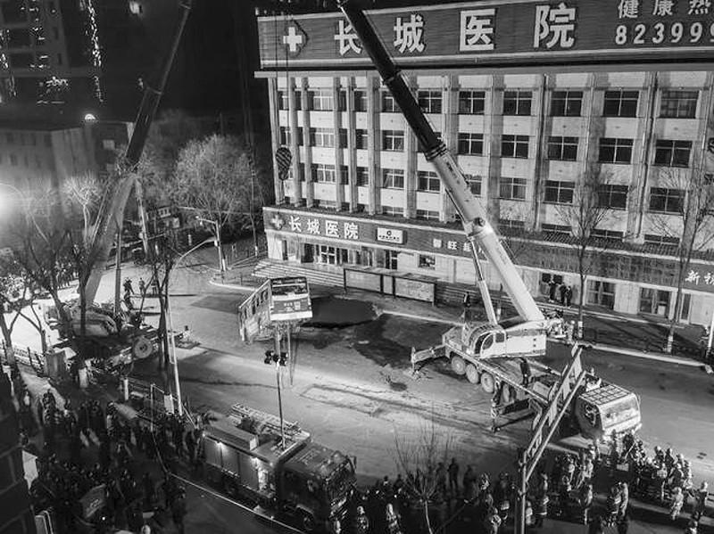 这是1月13日拍摄的塌陷救援现场。</p><p>