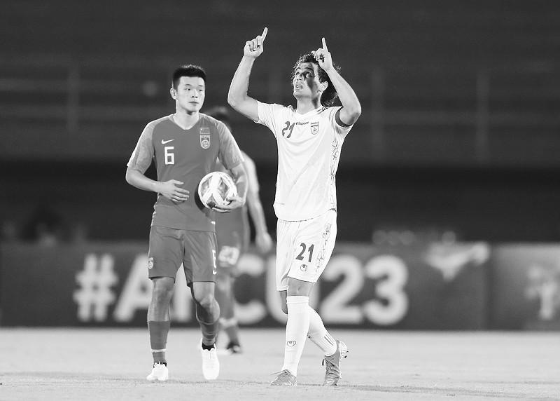 1月15日,伊朗队球员诺拉夫坎(右)在进球后庆祝。</p><p>