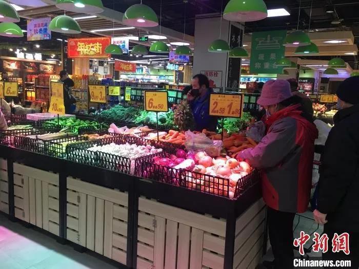 北京市民在超市采购。杜燕 摄