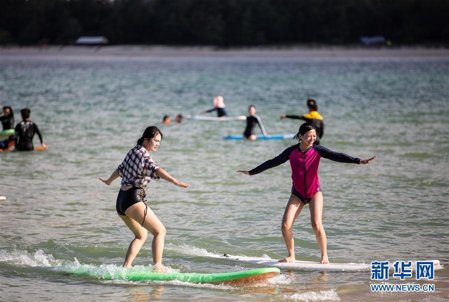 (体育)(4)全民健身——海上冲浪 乐享假期